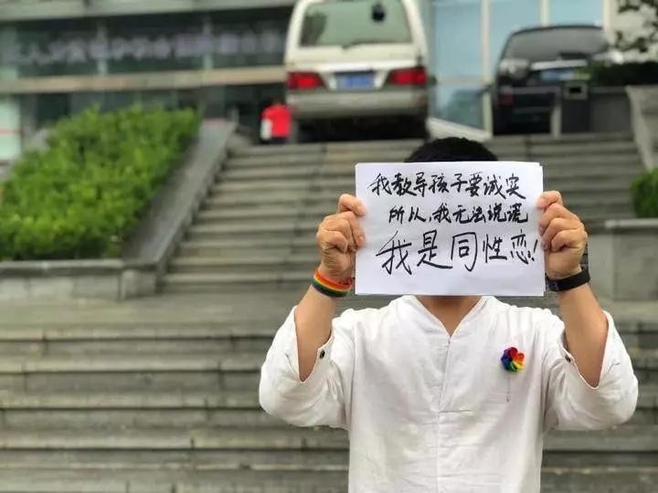 十年教师因同性恋遭解雇,连反同人士都看不下去了