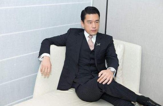 他天生长了一张有钱人的脸,也因此演不了穷人,典型的总裁专业户