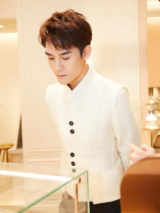 王凯厉害了,全新杂志造型上线,穿西装居然也能有年味?