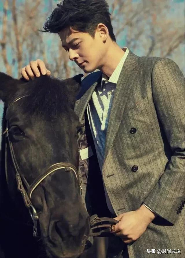 郭品超穿西装真帅气,西装配衬衫尽显王子气息,挺拔身姿让人迷恋