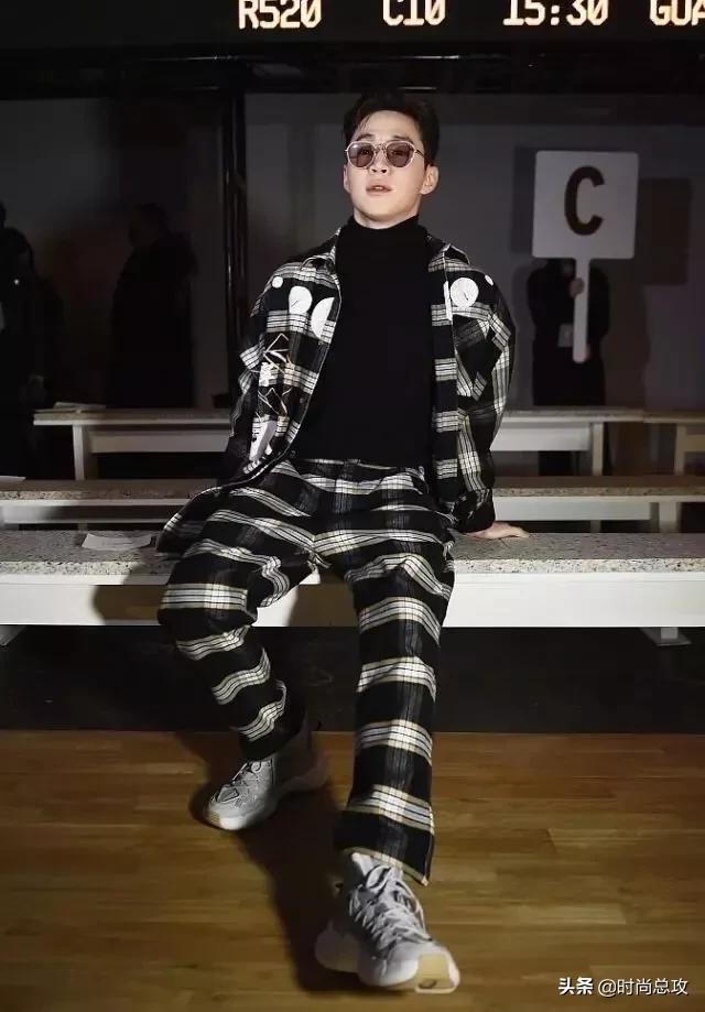 刘宪华帅气梳背头墨镜格纹装高领衣,自由坐姿凹造型