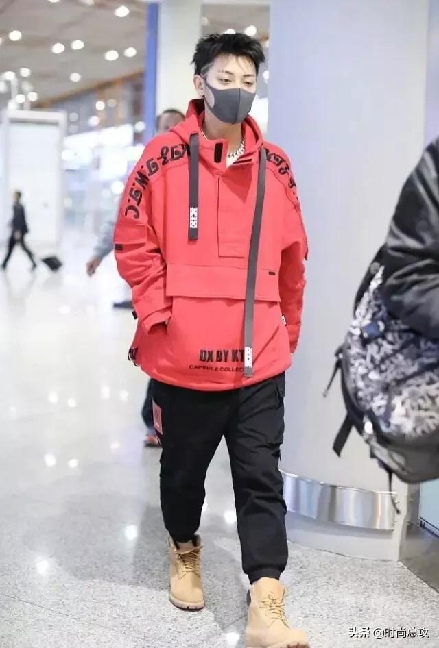 """黄子韬新发型,""""鸡窝头""""意外好看,穿红卫衣配黑裤更帅气有型"""