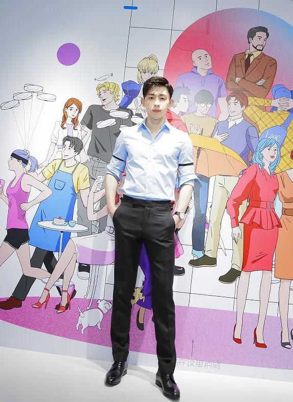 邓伦不停散发魅力!穿蓝衬衫清爽如少年,胸肌若隐若现实在太撩人