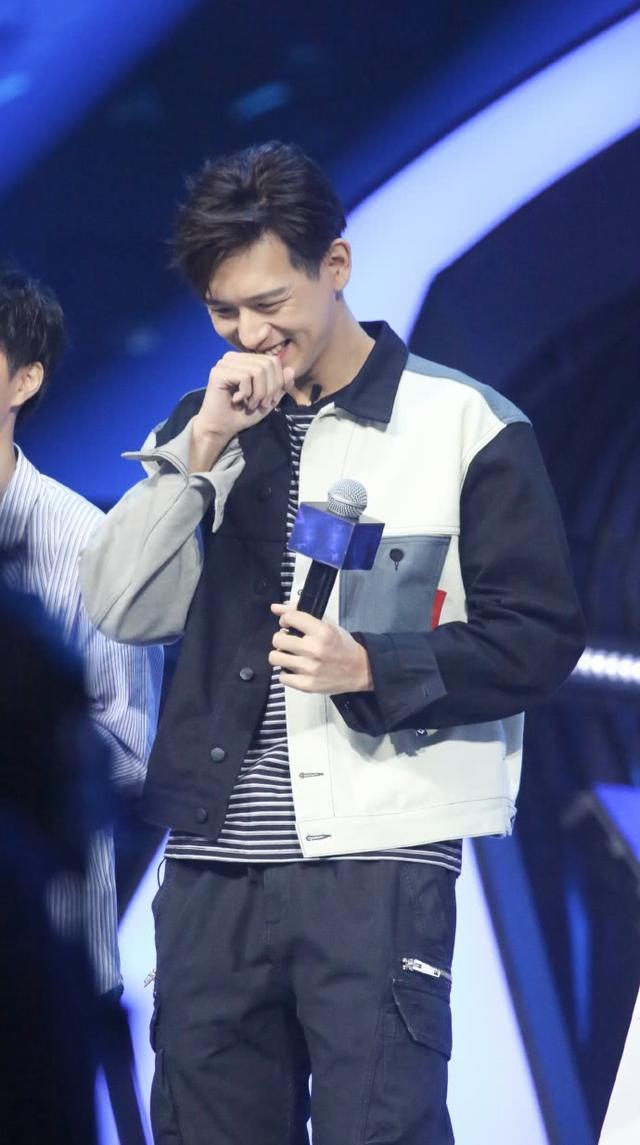李现活动生图流出,当他低头大笑时   网友:再也不是韩商言
