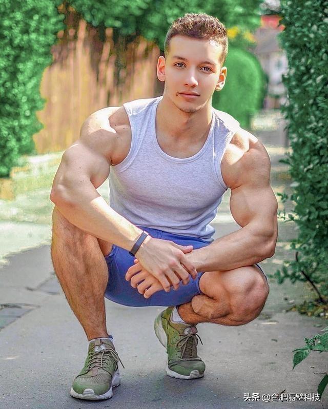 24岁健身小伙拥有娃娃般的脸庞,因强壮肌肉加上帅气颜值而走红