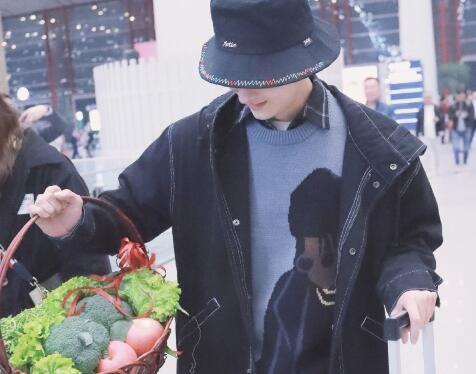 盘点男星们的接地气现场‖牛骏峰机场分菜花,邓伦东北花床单遛狗