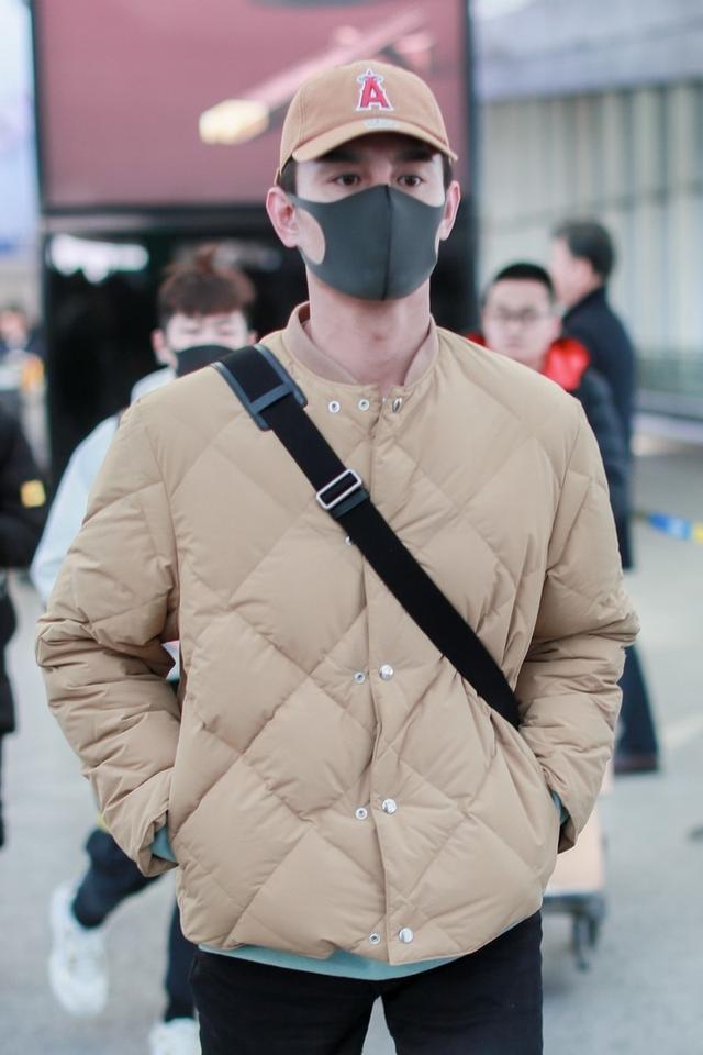 王凯无领棉衣搭配现身机场,修身显瘦尽显好身材,就是脖子太显冷
