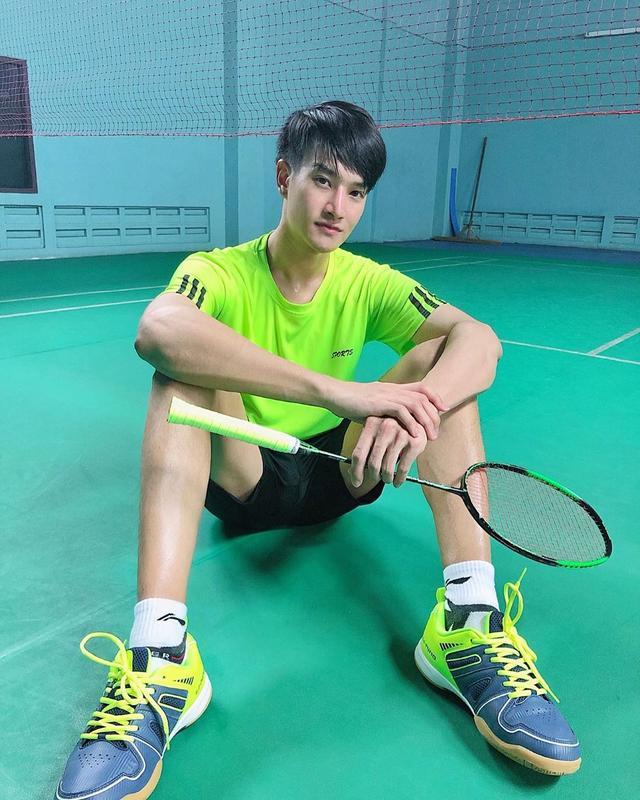 爱打羽毛球,身材修长的薄肌泰国小生