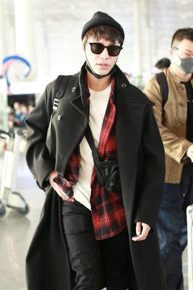 陈坤机场这么穿够吸睛,大衣配墨镜潮范十足,就是内搭单薄太显冷