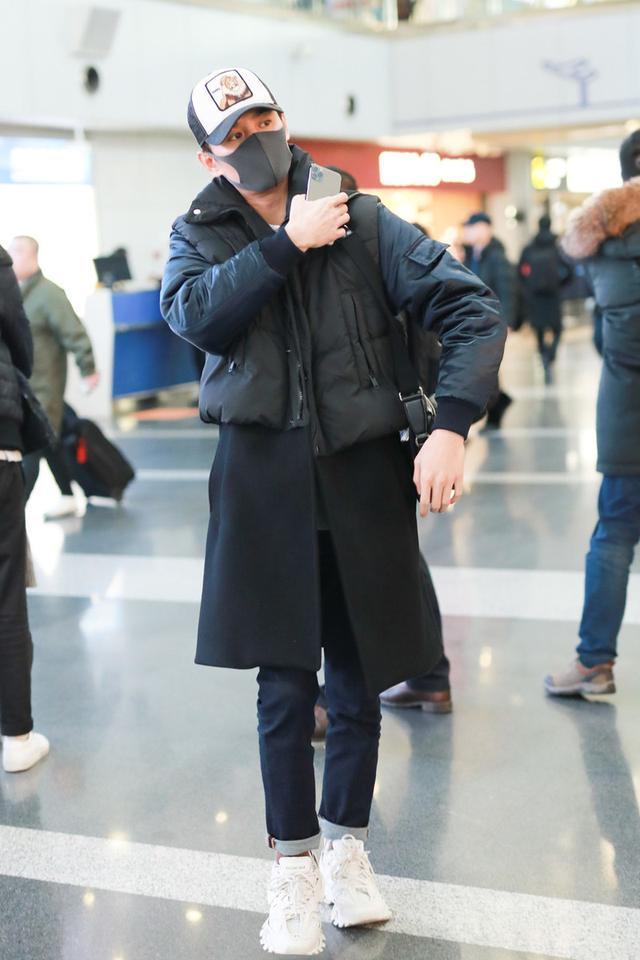 王凯穿趣味卫衣走机场,吸睛减龄似个性少年,瘦高身材更让人羡慕
