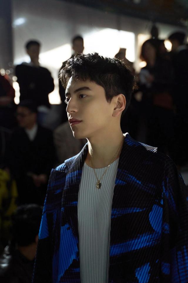 王大陆出席秋冬男装大秀,身穿蓝黑相间的和风外套,颇有日系风范