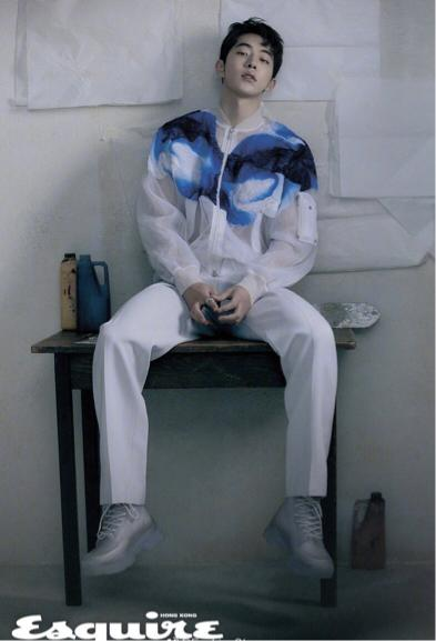 南柱赫身穿雾霾蓝西装,展示清新高级风,帅出新高度