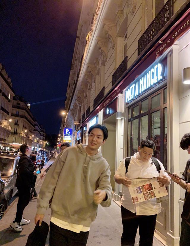 李敏镐强势回归,比起西装革履更爱私下的街头随性,颜值已回高峰