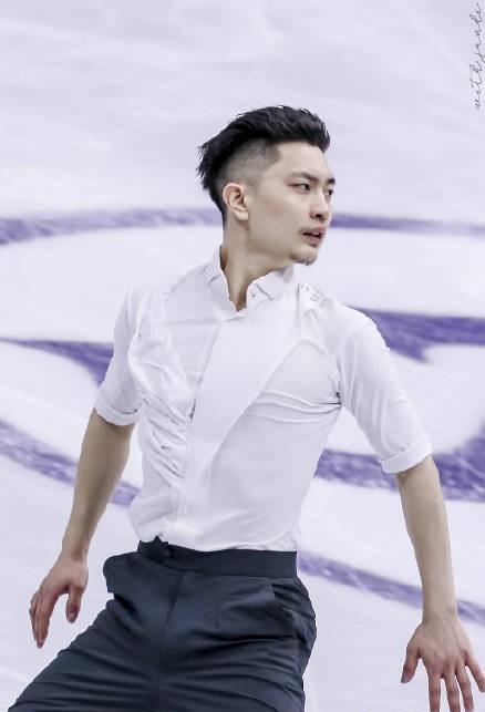 别人服装华丽他穿黑白衬衣,闫涵自由滑火了,清爽的中国男人真帅