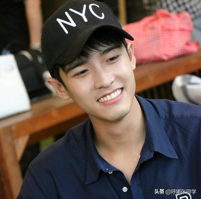 勤工俭学的小哥哥,穿着工作服戴着黑色的帽子,笑容甜美的男生!