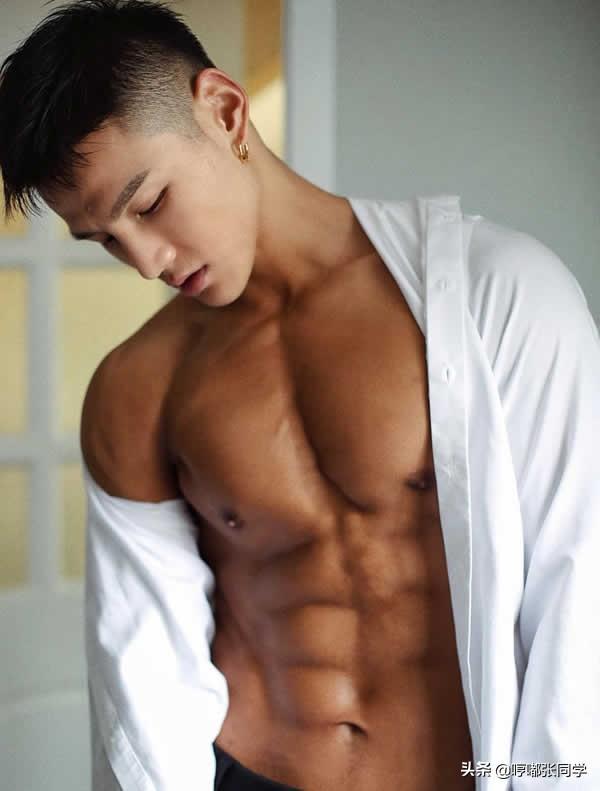 对生活要求严格的肌肉男生,体院毕业的他,却有着一张帅气的脸!