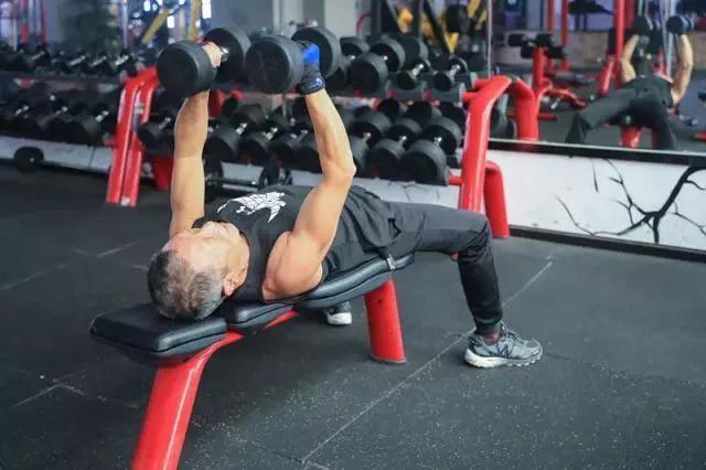 70岁老爷子练出健硕身材,在他面前,年龄真的只是数字