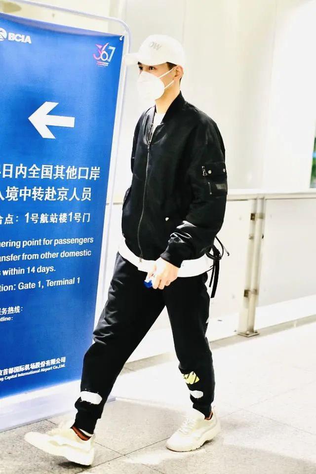 乔振宇时髦造型,一件飞行夹克,一条运动裤,轻松穿出青春潮流范