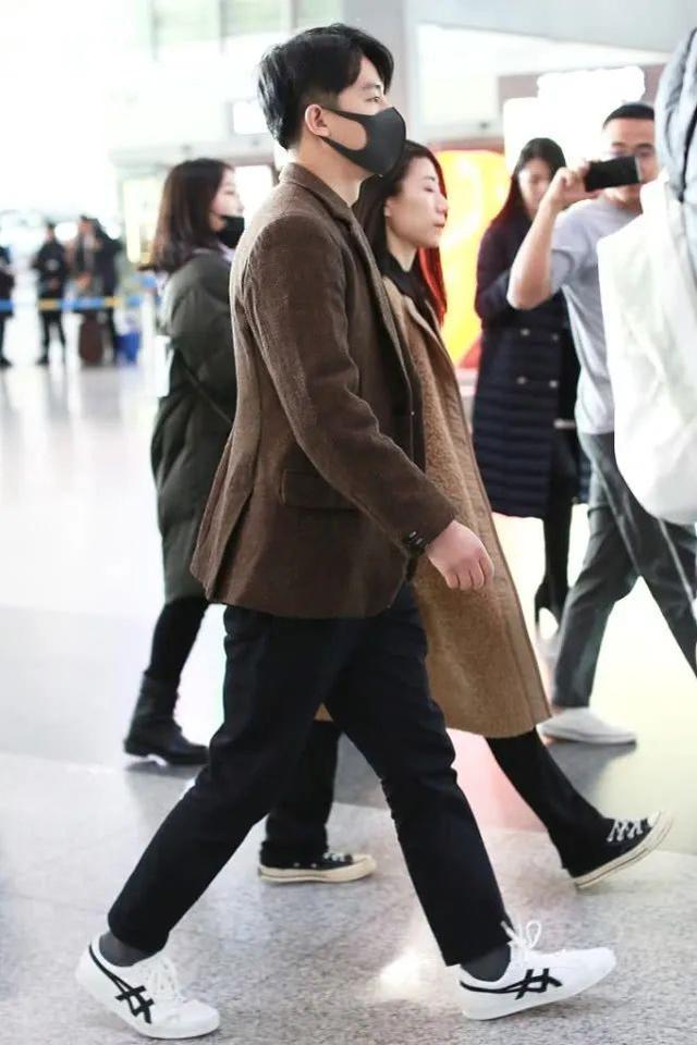 黄轩用西装+运动鞋,打造低调风格,造型沉稳大气