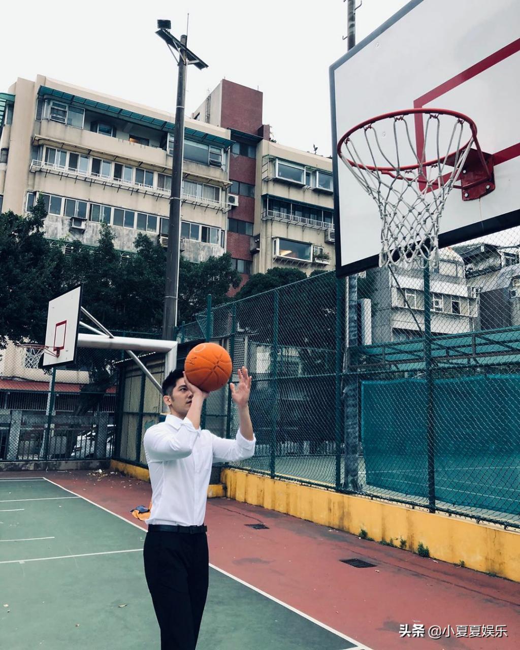 篮球场偶遇西装小哥哥,身手显得十分抢眼,有别样风味