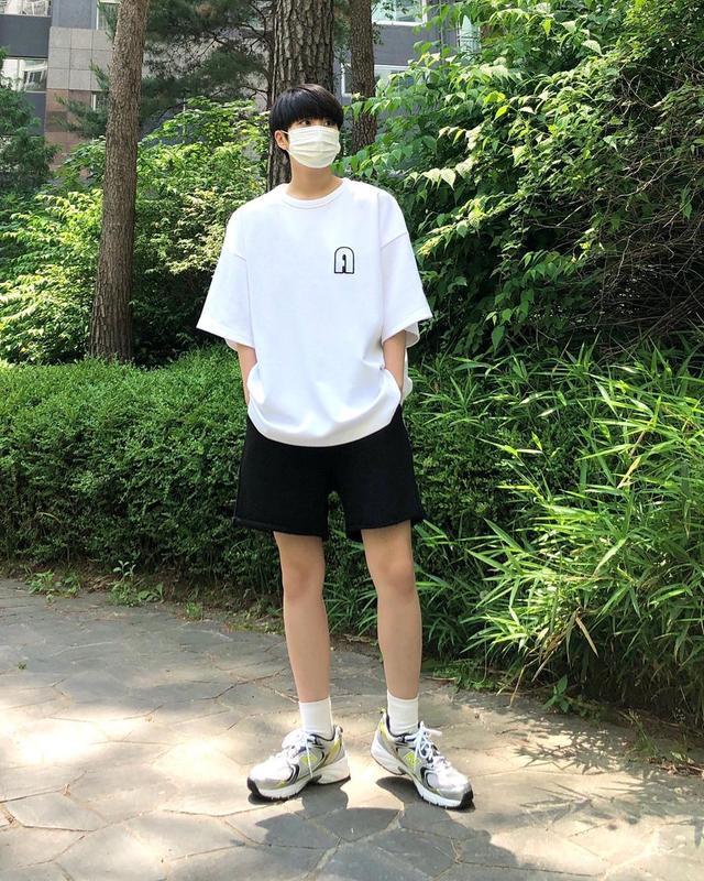 """男生""""白色T恤""""就该这样穿,简约风格轻松打造,时尚又帅气"""