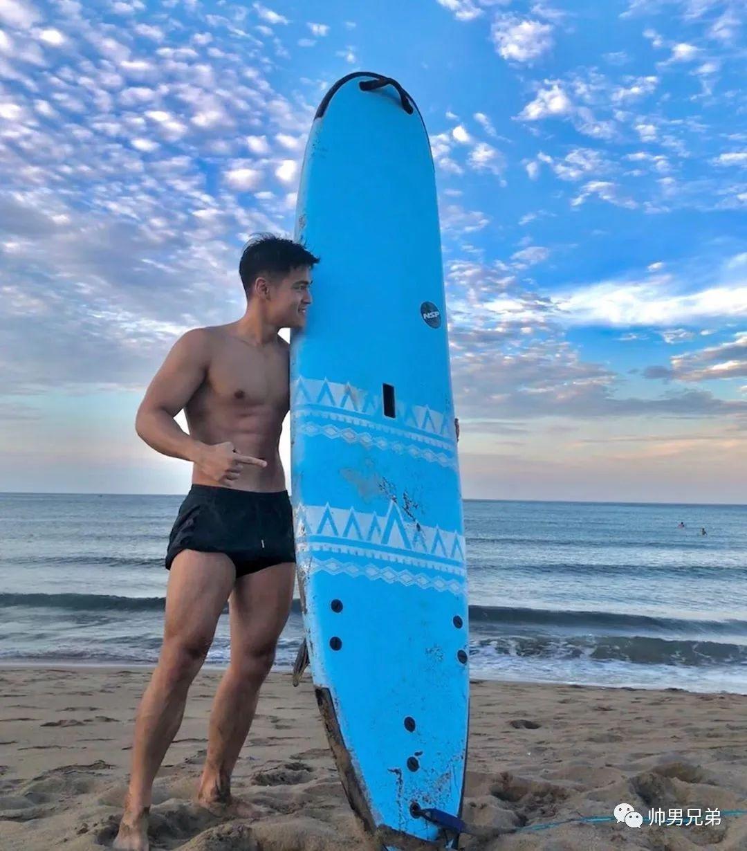海上冲浪的腹肌帅哥,眼眸天空一样明亮